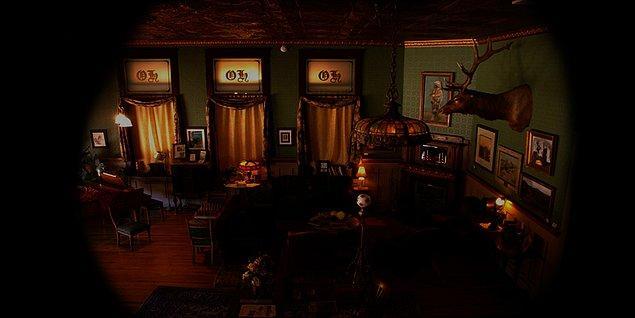 Lobiye gelir ve bir oda ister fakat dışardan gördüğü odayı verirlerse sevineceğini söyler. Lobideki kadın o odanın yıllardır kapalı olduğunu, onun yerine bir yanındaki odayı verebileceğini söyler.