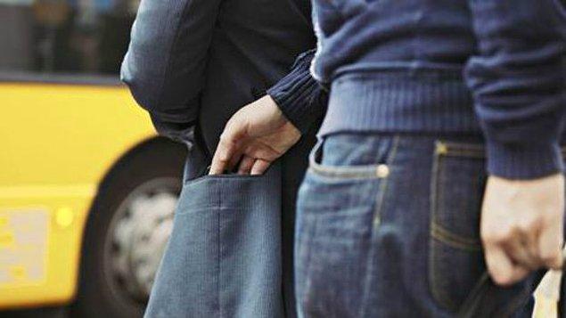 Avcılar'da bir okulun önünde, Refik Y. isimli şüpheli 3.95 gram bonzai ve 1 adet çalıntı telefon ile yakalandı.
