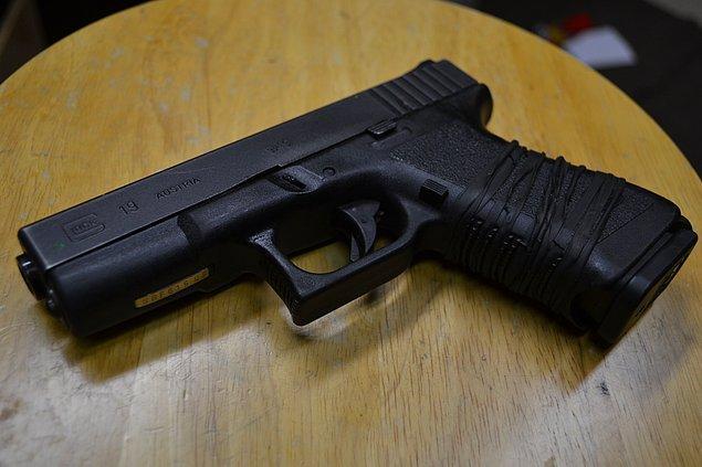 Fatih'te bir lisenin önündeki aracın torpido gözünden, Glock marka ruhsatsız silah ve 2 adet dolu fişek çıktı.