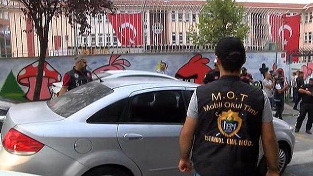 MOT polisleri, Avcılar'da bir okulun önünde uyuşturucu satın almak isteyen Erkan D.'yi takibe aldı. Erkan D., bir otomobilden uyuşturucu madde alırken suçüstü yakalandı.