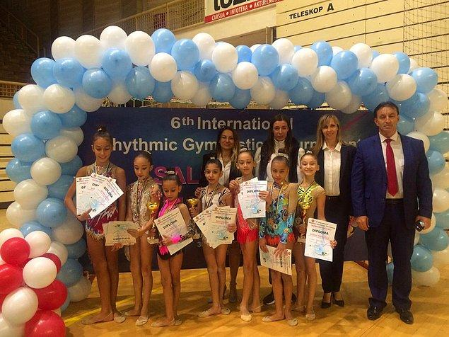 Sporcu kafilesi, özel olarak Bosna Hersek Cimnastik Federasyonu Başkanı Mirsad Tinjic tarafından karşılandı.