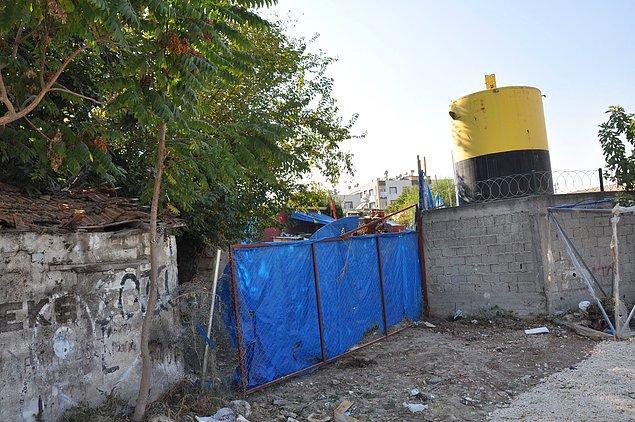 Polis barikatları ve brandalarla çevrili kazı alanında kimsenin giriş-çıkışına izin verilmezken, bahçede sondaj çalışması yapıldığı görüldü.