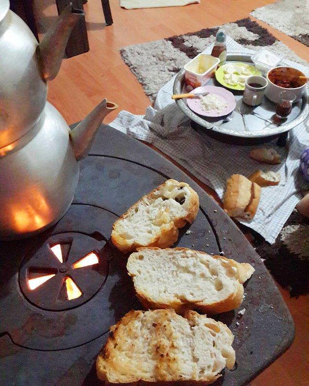 2. Kahvaltı saati gelince, sıcacık sobanın üzerinde kızarmış mis gibi ekmeklerin kokusu gelmeye başlardı.