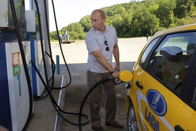 """Bir örnek daha. Bir yakıt istasyonunda pompacı olarak çalışıyorsunuz, bir müşteri geldi ve o an goygoya dalmış olan size """"100 liralık benzin usta"""" dedi fakat siz sadece 100 kısmını duydunuz, kesin bu şirket arabasıdır dizeldir diyip vurdunuz motorini. Buyrun sohbete."""