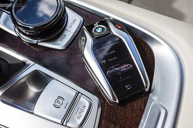 Otomobilin sahibi uykusundan motorun çalışma sesiyle uyanıyor ve o kapıya ulaştığında otomobilin yerinde yeller esiyor.