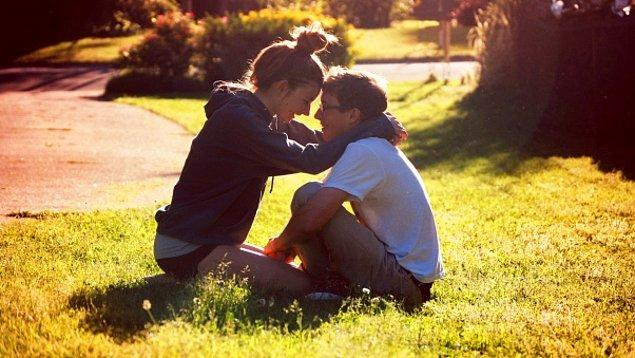 9. Ancak, birbirinizi ne zaman yalnız bırakmanız gerektiğini hiçbir şey konuşmadan da anlayabiliyorsanız, birbirinize iyi birer eş de olabilirsiniz.