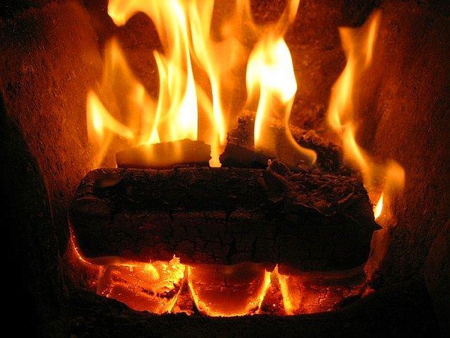 9. Çıtır çıtır yanan odun veya kömür kokusu