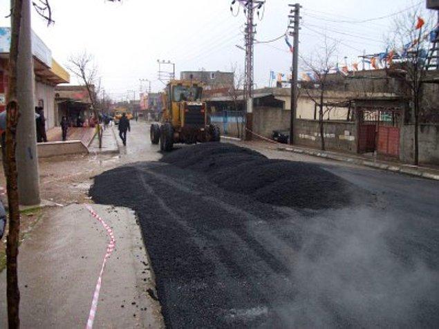 12. Yola yeni dökülmüş asfalt kokusu
