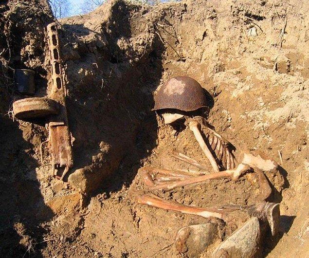 1. Savaş alanında unutulmuş bir ölü asker...