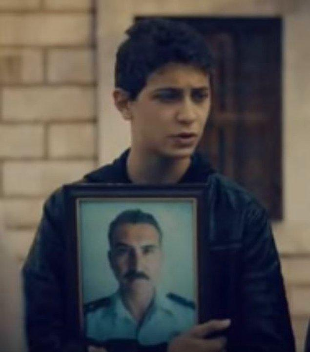 Cihangir kardeşinin vatan haini babasını kahraman sanmasına izin veriyor. Babasının cenazesine gelen bile olmamış.