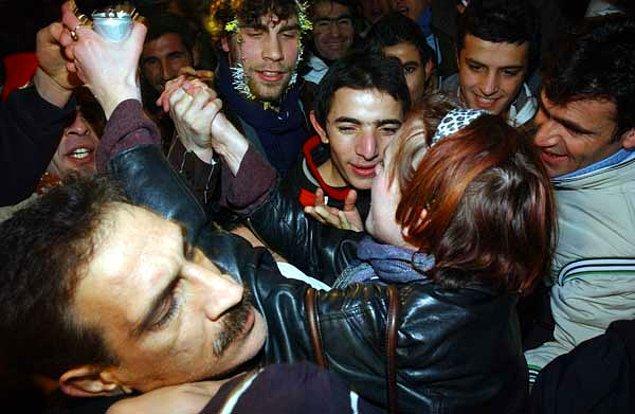 8. Türk erkekleri eğer kadınsan çok yapışkan olabiliyor.