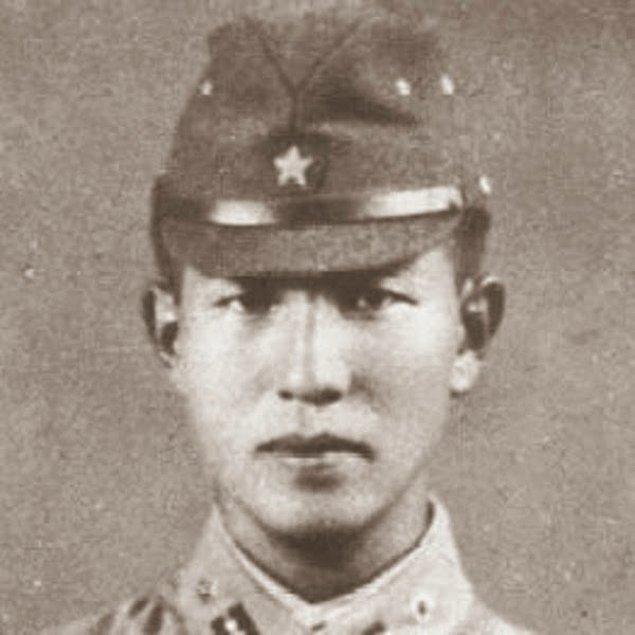 Onoda vatana dönme kararı aldığında 30 yıl boyunca Amerikan askeri olarak yaklaşarak yaraladığı ve öldürdüğü 30 civarında kişi için yargılanacağını da öğrenir.