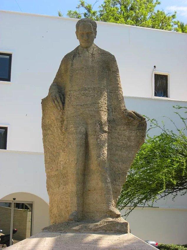 9. Elleri yapmak zordur, tamam orasını anladık ama Bodrum merkezdeki bu heykel düpedüz başka biri.