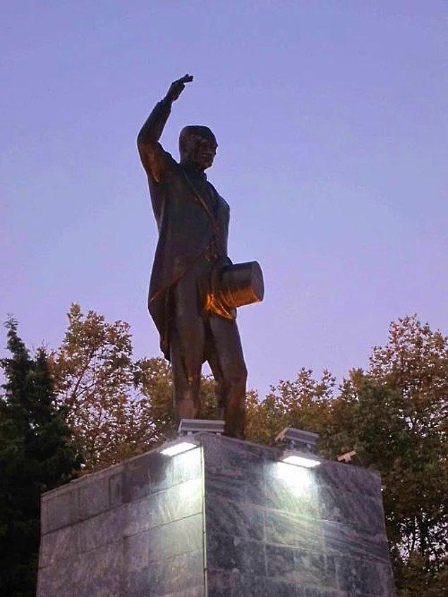 10. Tezahürat eder gibi duran bu heykel de Sinop'tan. Şapka tutuş da bi acayip.