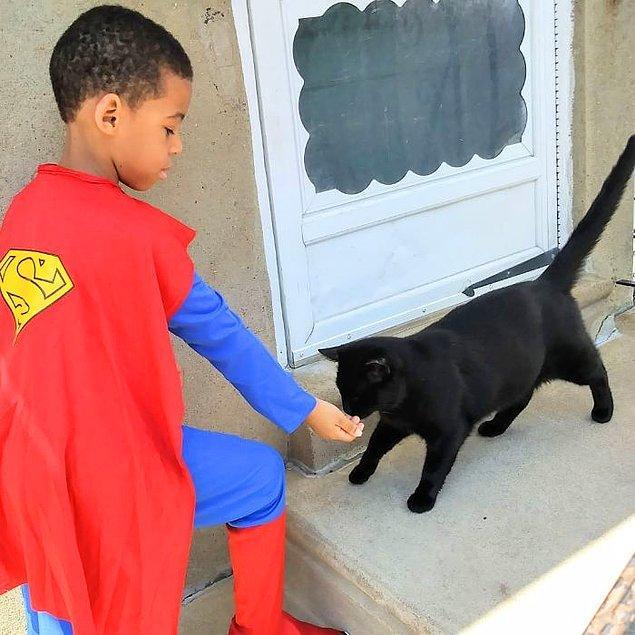 En sevdiği süper kahramanlar gibi giyinerek teyzesini ve Kolony Kats'i düzenli olarak ziyaret etmeye başladı.