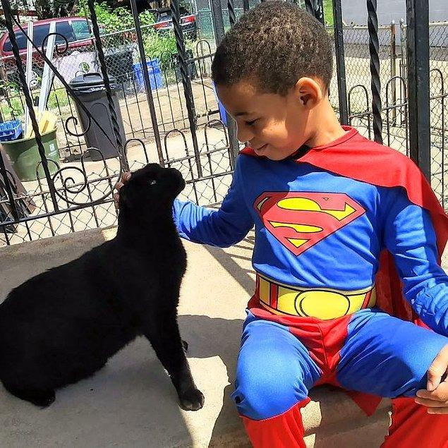 Teyzesi Kris Papiernik'in söylediğine göre Shon'u Kedi Adam olarak çağırıyorlar. 😸