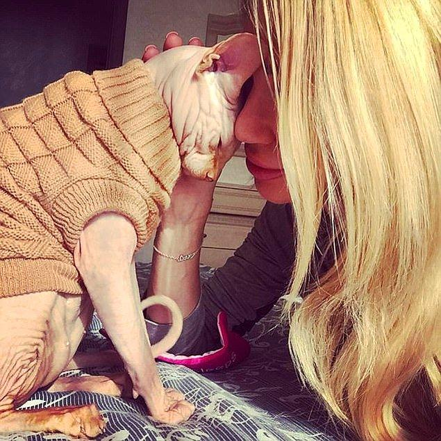 Ama fotoğraflar internet dünyasına yayıldıkça, hayvanseverler kedisine işkence ettiğini savunarak kadını yerden yere vurdular.