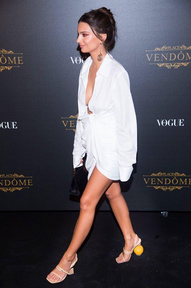 Aynı model ayakkabıyı daha önce Emily Ratajkowski de giymişti.
