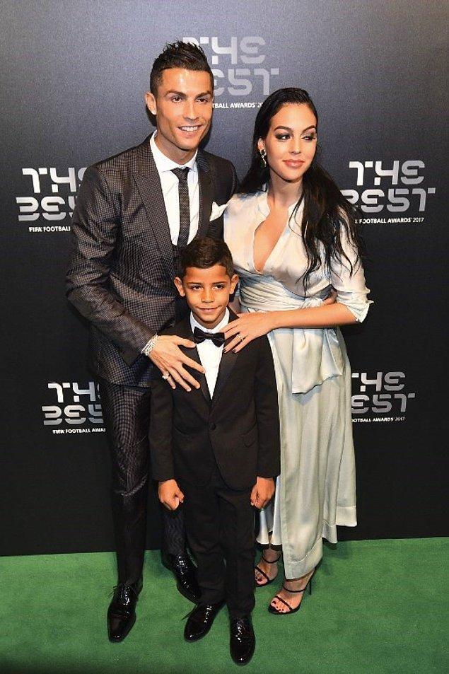 FIFA tarafından yılın en iyi erkek futbolcusu seçilen Cristiano Ronaldo, ödül törenine Rus model Irina Shayk'tan sonra ilk kez hamile sevgilisi Georgina Rodriguez ile katıldı.