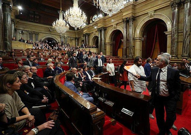 """Parlamento oturumun başında ilk olarak yaptığı oylamada İspanya'dan ayrılmak için gerekli """"anayasal sürecin"""" başlatılmasını da kabul etti."""