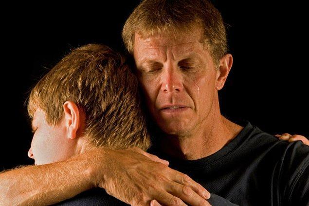 9. Babam bir gece ağlayarak odama gelip bana eş cinsel olduğumu neden ona söylemediğimi sordu😟