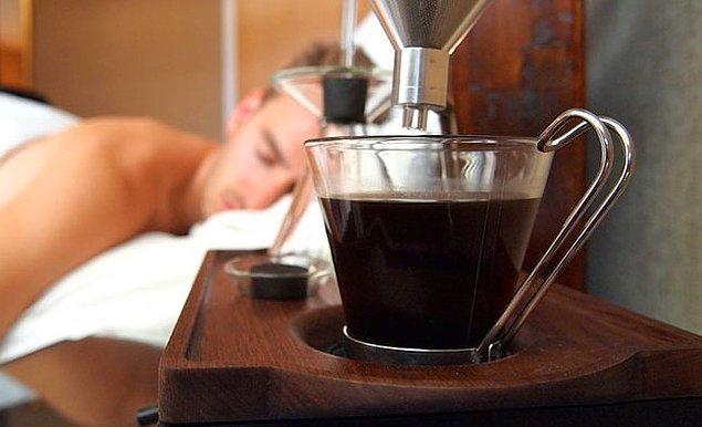 9. Eğer çay, kahve içmeden uyanamıyorsanız demliğin, su ısıtıcısının ya da kahve makinesinin suyunu akşamdan doldurun.