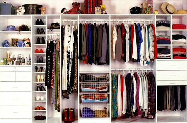 12. Dolabınızdaki kıyafetleri, renklere göre dizin.