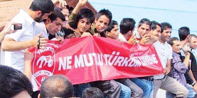 Taraftarlar sıkça Türkiye'ye de gönderme yapıyor.