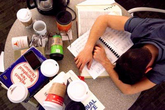 10. Uykunuzu bastırsın diye içtiğiniz kahvenin, kolanın, çayın haddi hesabı olmaz.