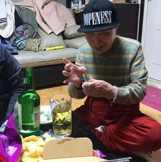 1. Hala alkol oyunlarının tadını çıkarabilen bu sevimli doksanlık amca 😍