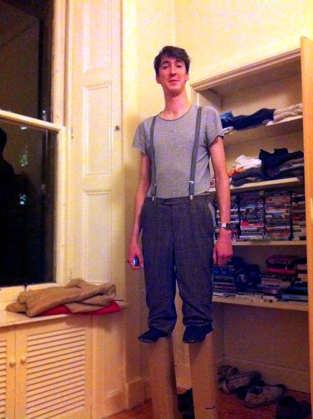 """22. """"Boyum 2.13 olduğu için çubuklarla yürüyen normal bir adam kılığına girmeye karar verdim."""""""