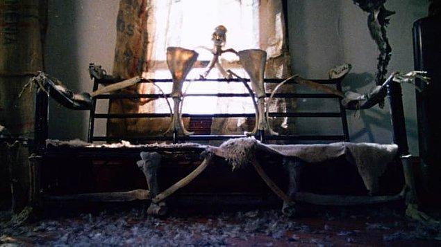 12. 'Texas Chainsaw Massacre'ın çekimlerinin son gününde rezalet bir hava vardı. Teksas sıcağı ve ışıklandırmalar yüzünden gerçek kemikler erimeye başladı.