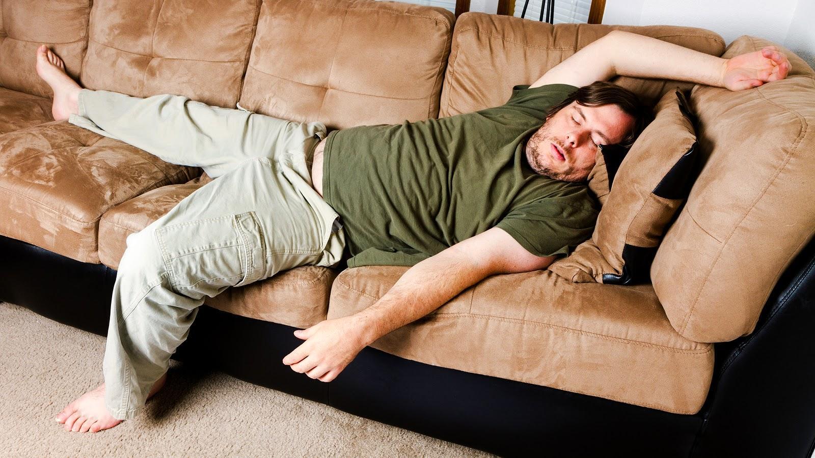 Мужик фотографирует пьяную жену на диване  675676