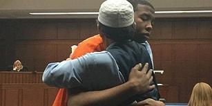 Müslüman Baba, Oğlunu Öldüren Suçluyu Affettiğini Söyleyerek Bütün Mahkemeyi Gözyaşlarına Boğdu!
