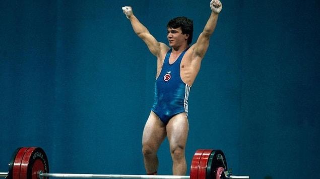 Kendi kilosunun üç katından fazla kaldırarak, 'efsane' olan Süleymanaoğlu, spor otoritelerine göre tüm zamanların en iyi haltercisi.