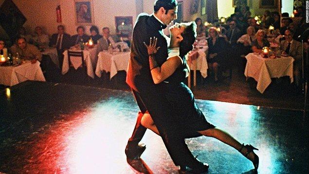 4. Arjantin'in dünyaca ünlü lezzetli etlerinden tadarken aynı anda masanızın yanında tango izlemenin keyfine varabilirsiniz.