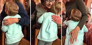Kilisede İnsanlara Sarılarak Kucak Dolusu Sevgi Dağıtan Ufaklık