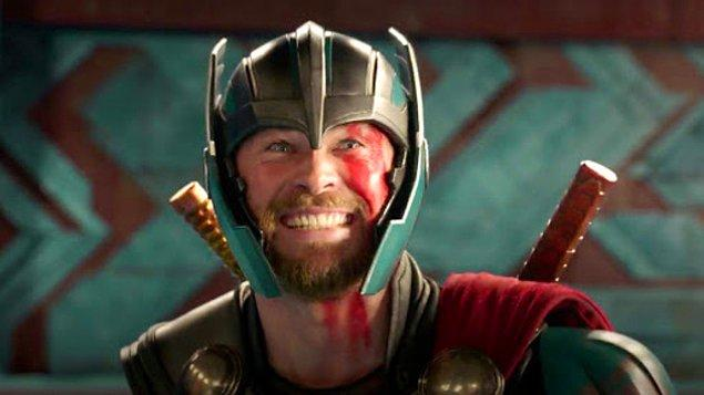 """4. Thor: Ragnarok filmindeki Thor'un Hulk'ı gördüğü zaman söylediği """"Tanışıyoruz biz! İş arkadaşım o"""" satırı, seti ziyarete gelen küçük bir çocuk tarafından tavsiye edilince senaryoya eklenmiş."""