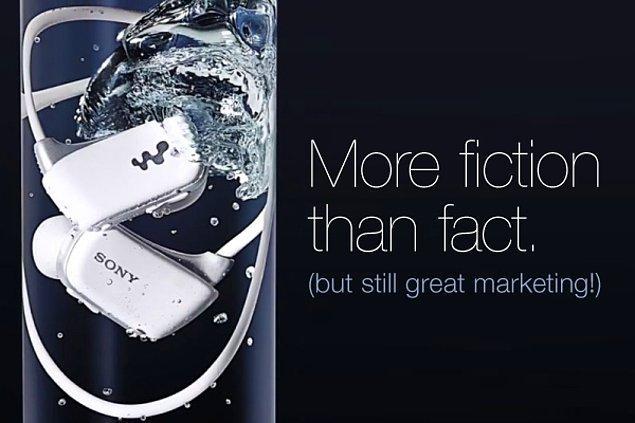 9. Sony su geçirmez olduğunu ispatlamak için bir dönem Walkman'lerini su dolu şişelerin içinde sattı.