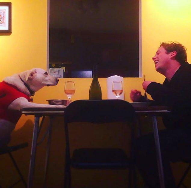 22. 'Kız arkadaşım hazır evde yokken, biz de beraber yemek yiyoruz.'
