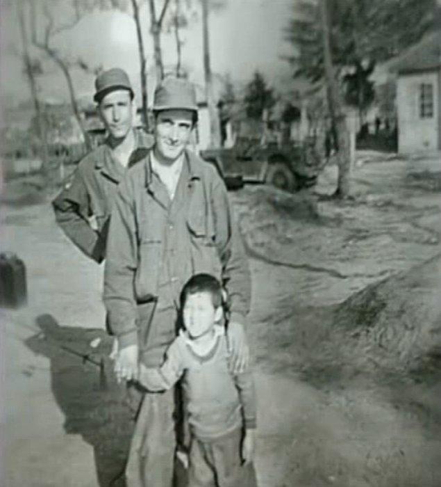 Astsubay Süleyman Dilbirliği, Kore Savaşı sırasında ailesini savaşta yitiren 5 yaşındaki bir kız çocuğunu sahiplenerek adını Ayla koymuştu.