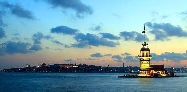 Ve karşısında MÖ 5. yy'da Yunanlılar tarafından İstanbul Boğazı'nın Salacak Sahili'ne yapılmış güzeller güzeli Kız Kulesi. Gece gündüz her zaman büyüleyici.