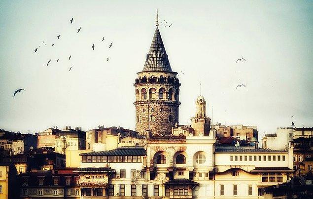 Derken bir gün Galata Kulesi yükselmiş tüm ihtişamıyla karşısına.