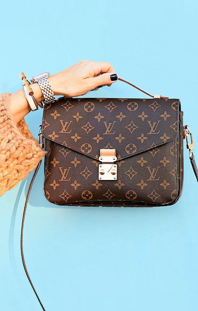 Louis Vuitton marka çantanın fiyatı 7.063, botların fiyatı 4.670 TL.