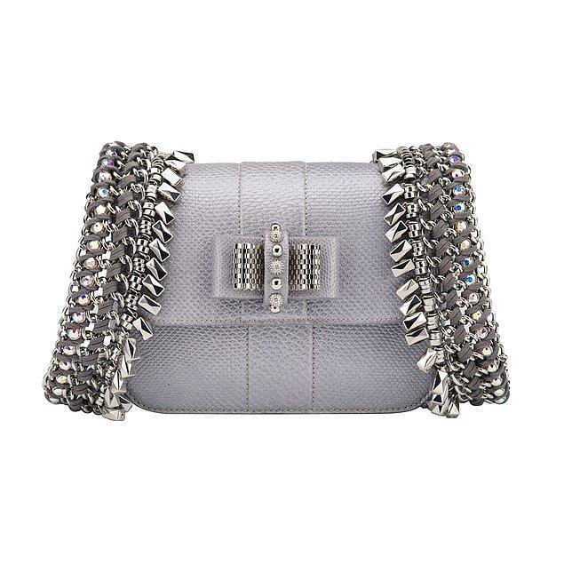 Onun Christian Loubotin marka gümüş çantasının fiyatı da 1.900 Dolar, yani 7.334 TL.