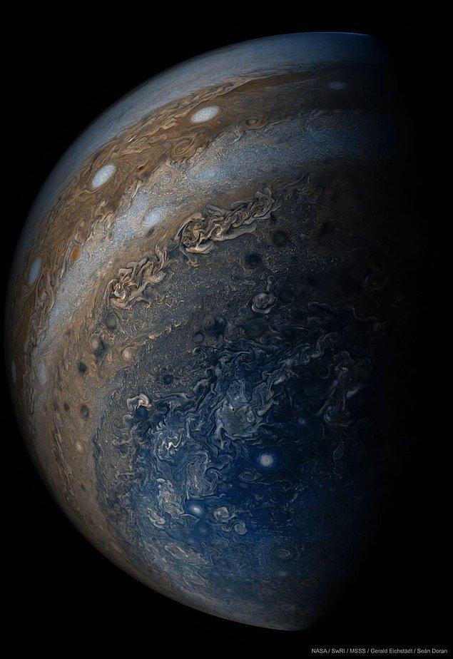 4. 5 yıllık yolculuğun sonunda gezegene ulaşan Juno uzay aracının alt kısmından çekilen bir Jüpiter fotoğrafı.