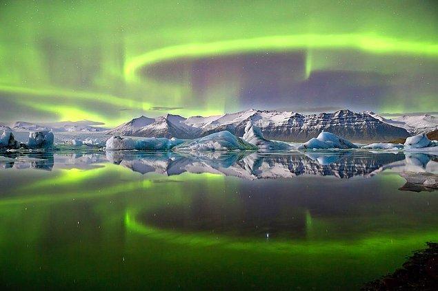 14. Vatnajökull Buzulu'nun kenarındaki Jökulsárlón buzul gölü üzerinde kuzey ışıkları.