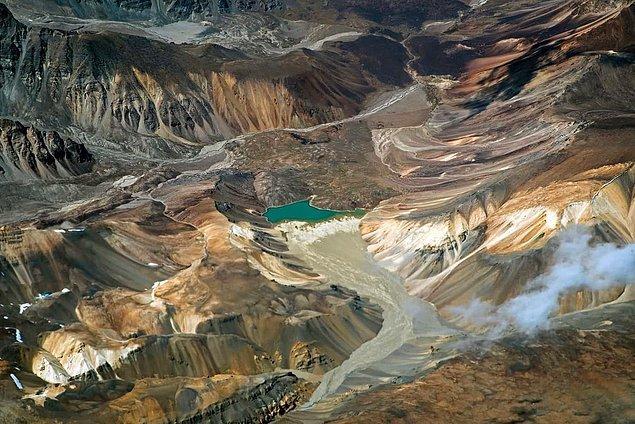 15. Hindistan'ın Keşmir bölgesindeki bir buzul vadisinde bulunan zümrüt yeşili göl.