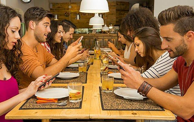 14. Toplu yemeklerde sürekli telefonla ilgilenir misin?
