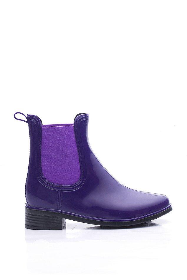 9. Yağmurlu havalarda ne giyeceğinizi bir türlü bulamayanlardansanız, herkes ıslanırken, siz bu botlarla tarz olun.